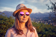 Portrait de belle femme dans des lunettes de soleil roses Photographie stock