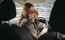 Portrait de belle femme dans la nouvelle voiture Image libre de droits