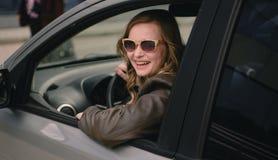 Portrait de belle femme dans la nouvelle voiture Images stock