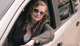 Portrait de belle femme dans la nouvelle voiture Images libres de droits