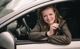 Portrait de belle femme dans la nouvelle voiture Image stock