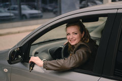 Portrait de belle femme dans la nouvelle voiture Photo stock