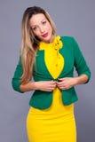 Portrait de belle femme dans la robe jaune Photographie stock libre de droits