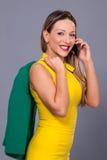 Portrait de belle femme dans la robe jaune Image libre de droits
