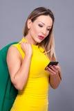 Portrait de belle femme dans la robe jaune Photographie stock