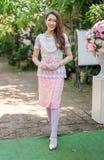 Portrait de belle femme dans la robe traditionnelle thaïlandaise images libres de droits