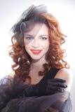 Portrait de belle femme dans le rétro style dans la robe noire Image libre de droits
