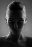 Portrait de belle femme dans noir et blanc Photos stock