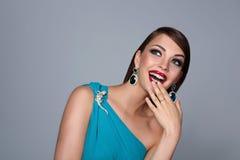 Portrait de belle femme de brune dans la robe bleue image stock