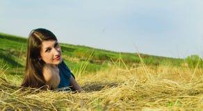 Portrait de belle femme de sourire sur la nature Image stock