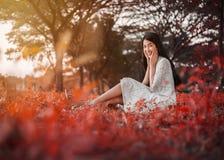 Portrait de belle femme en parc photos stock