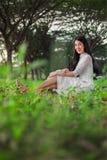 Portrait de belle femme en parc photo libre de droits