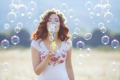 Portrait de belle femme enceinte dans les bulles de soufflement de champ photo libre de droits