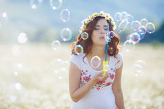 Portrait de belle femme enceinte dans les bulles de soufflement de champ image libre de droits