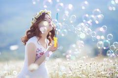 Portrait de belle femme enceinte dans les bulles de soufflement de champ images stock