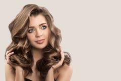 Portrait de belle femme mignonne avec de longs cheveux bruns bouclés photographie stock