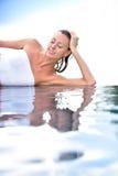 Portrait de belle femme par la piscine Image stock