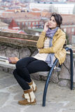 Portrait de belle femme parlant au téléphone extérieur Photographie stock libre de droits