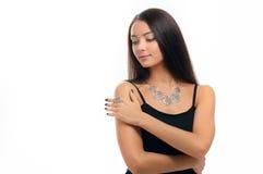 Portrait de belle femme portant les bijoux argentés élégants NEC Image stock