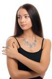 Portrait de belle femme portant les bijoux argentés de luxe cou Image stock