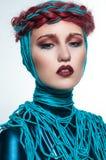 Portrait de belle femme rousse avec les fils bleus Image libre de droits