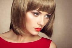 Portrait de belle femme sensuelle avec la coiffure élégante images libres de droits
