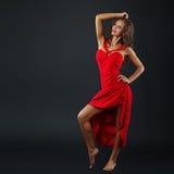 Portrait de belle femme sensuelle dans la robe rouge de mode Photos libres de droits