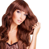 Portrait de belle femme avec de longs poils rouges Photographie stock