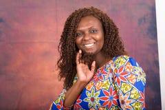 Portrait de belle femme de sourire sur le fond rouge de gradient photographie stock