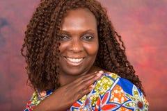 Portrait de belle femme de sourire sur le fond rouge de gradient photo stock