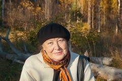 Portrait de belle femme supérieure aimable en parc d'automne Image libre de droits