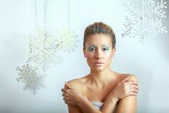 Portrait de belle femme, sur le fond gris Images libres de droits