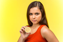Portrait de belle femme tenant le citron frais Photographie stock