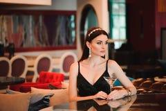 Portrait de belle femme tenant le verre de martini photographie stock libre de droits