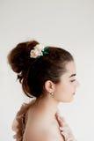 Portrait de belle fille avec la peau de porcelaine de cheveux foncés et de lumière Cheveux dans un petit pain Accessoire de cheve images stock