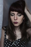 Portrait de belle fille avec les lèvres foncées Image libre de droits