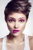 Portrait de belle fille avec les lèvres roses Photo stock