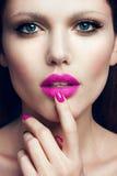Portrait de belle fille avec les lèvres roses Images libres de droits