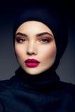 Portrait de belle fille avec les lèvres roses Photographie stock libre de droits