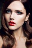 Portrait de belle fille avec les lèvres rouges. Photographie stock libre de droits