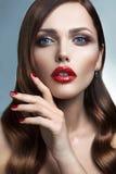 Portrait de belle fille avec les lèvres rouges. Image libre de droits