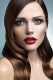 Portrait de belle fille avec les lèvres rouges. Images libres de droits