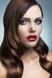 Portrait de belle fille avec les lèvres rouges. Image stock