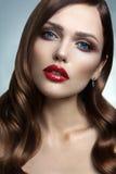 Portrait de belle fille avec les lèvres rouges. Photo stock