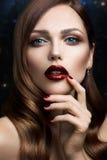 Portrait de belle fille avec les lèvres rouges Images stock