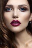 Portrait de belle fille avec les lèvres rouges Photographie stock libre de droits