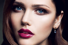 Portrait de belle fille avec les lèvres rouges Photos stock
