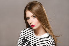 Portrait de belle fille avec les lèvres rouges et les longs cheveux Photo stock