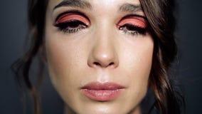 Portrait de belle fille avec tristesse en plan rapproché de yeux Larme dans l'oeil femelle banque de vidéos