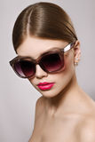 Portrait de belle fille dans des lunettes de soleil avec les lèvres rouges Photos libres de droits